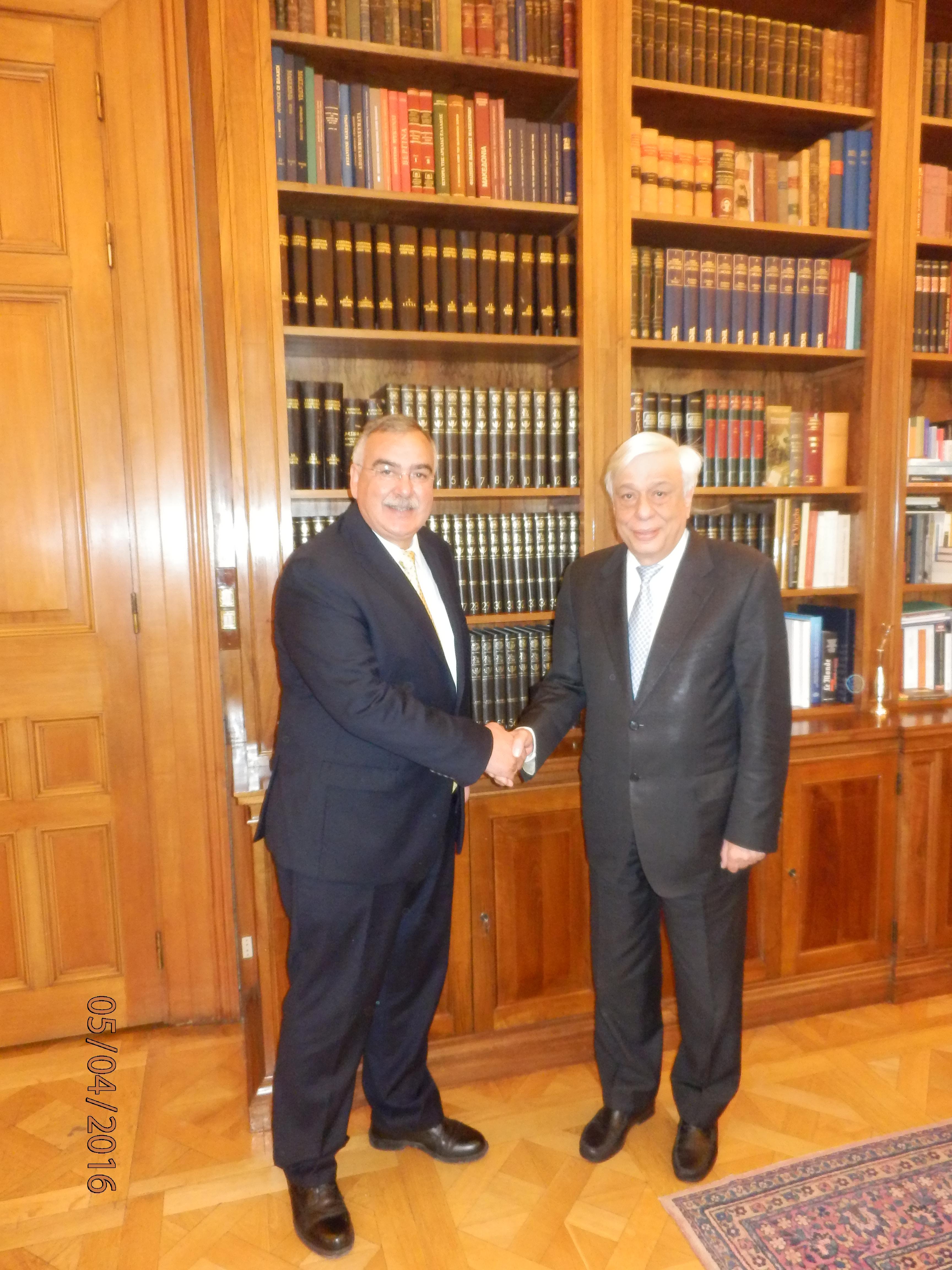 Ο Πρόεδρος Δημοκρατίας Προκόπης Παυλόπουλος με τον Δήμαρχο Καρπάθου Ηλία Λάμπρο στο Προεδρικό Μέγαρο.