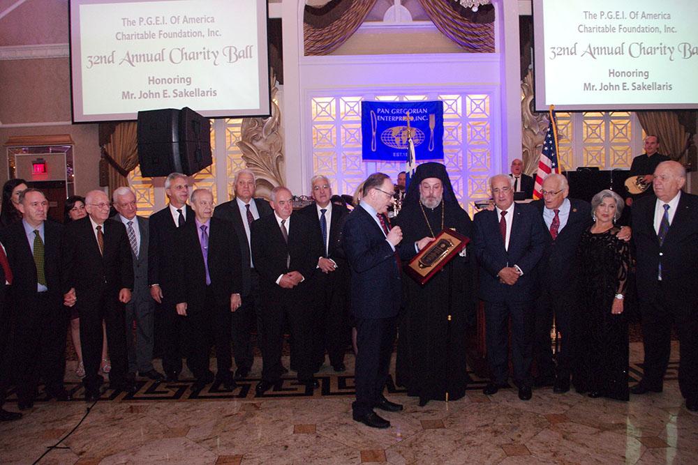 Ο πρόεδρος του Pan-Gregorian Δημήτρης Λογοθέτης απονέμει τιμητική πλακέτα στον Γιάννη Σακελλάρη.