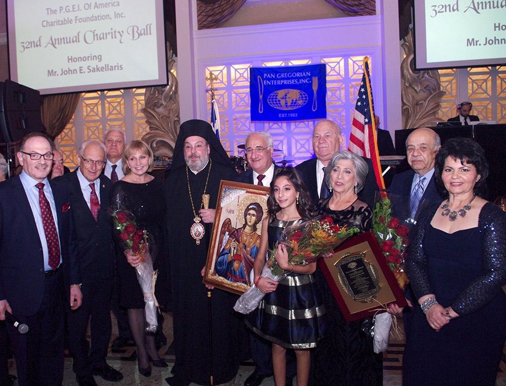 Ο Μητροπολίτης New Jersey Ευάγγελος Κουρούνης απονέμει την εικόνα του Αρχαγγέλου Μιχαήλ Γιάννη Σακελλάρη.