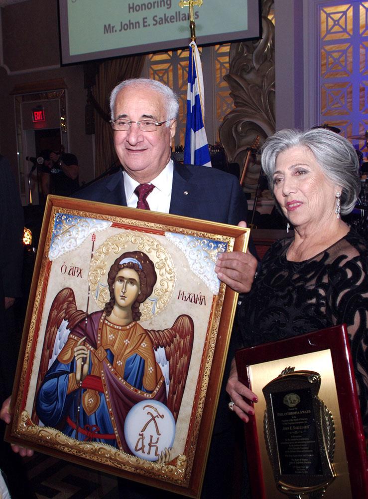 Ο τιμώμενος Γιάννης Σακελλάρης με την σύζυγο του Ζωή.