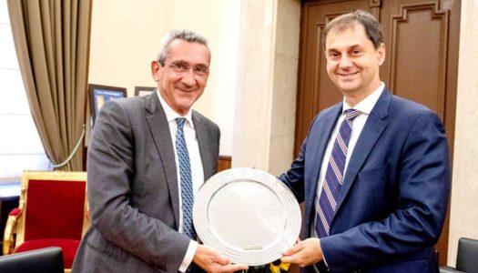 Την έμπρακτη αναγνώριση της συνεισφοράς της Δωδεκανήσου και των Κυκλάδων στον ελληνικό τουρισμό, ζήτησε ο Περιφερειάρχης Νοτίου Αιγαίου Γιώργος Χατζημάρκος από τον Υπουργό Τουρισμού Χάρη Θεοχάρη