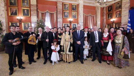 Με Ηπειρώτικες μελωδίες και κάλαντα από ολόκληρη την Ελλάδα, αλλά και βυζαντινά κάλαντα, «πλημμύρισε» σήμερα η Βουλή των Ελλήνων