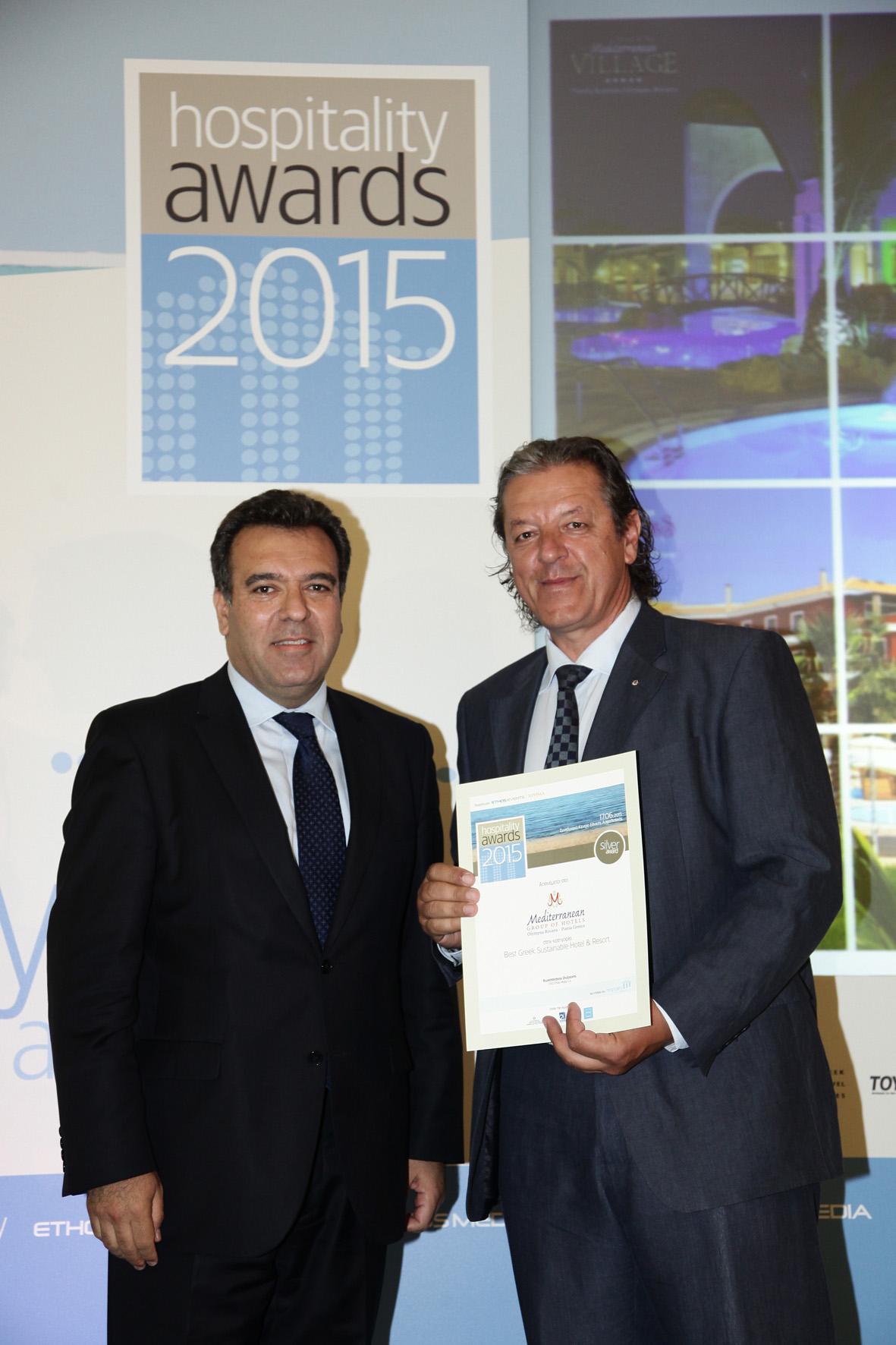 M. Κόνσολας και Βασίλης Λάμπρου (Πρόεδρο ΔΣ Ομίλου Group Mediterranean Hotels) στην απονομή του βραβείου Best Greek Sustainable Hotel & Resort.
