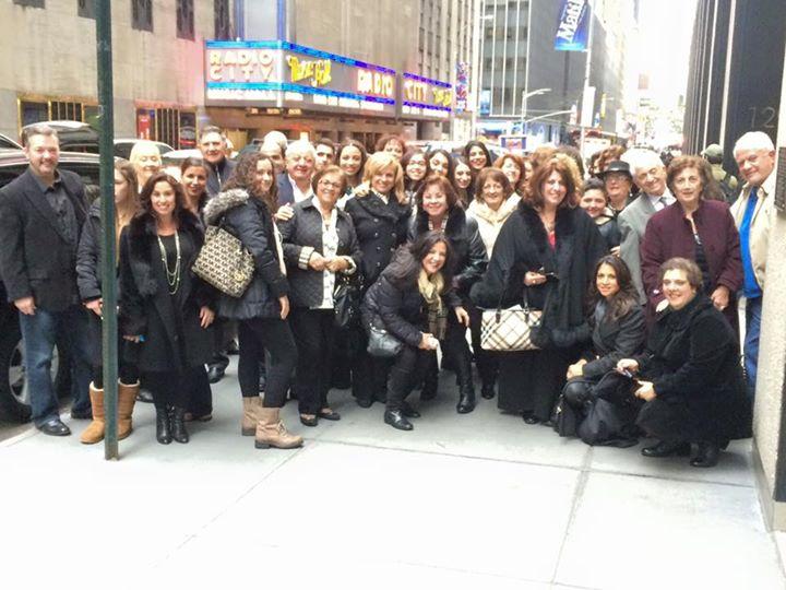 Τα μέλη του Συλλόγου Πηγαδιωτών Αμερικής στην εκδρομή τους στο Radio City της Νέας Υόρκης