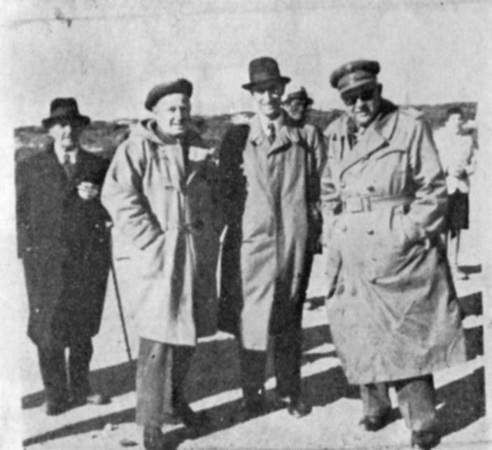 Ο Διοικητής του Ιερού Λόχου υποστράτηγος Χριστ. Τσιγάντες εις το αεροδρόμιον Καρπάθου τον Δεκέμβριον 1945.