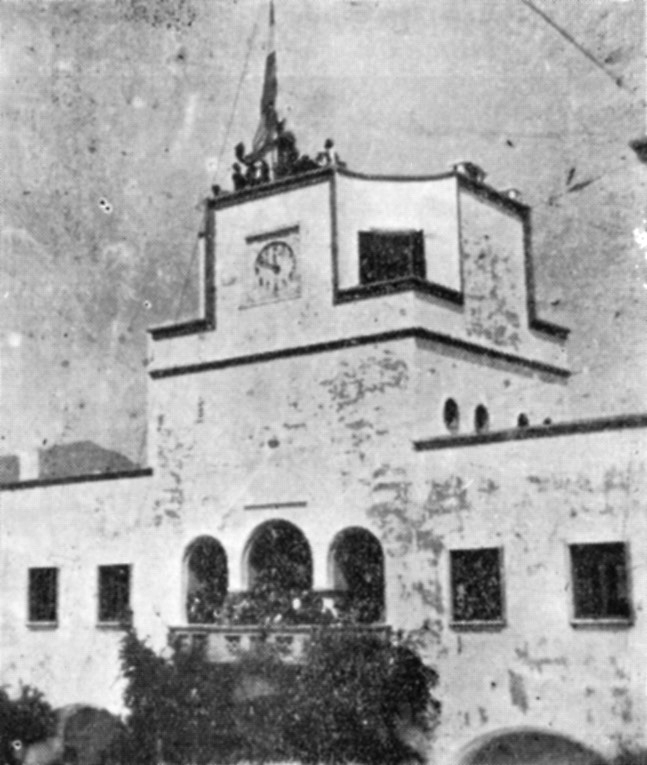 Η Ελληνική Σημαία ανυψούται εις τον ιστόν του Επαρχείου της Καρπάθου.