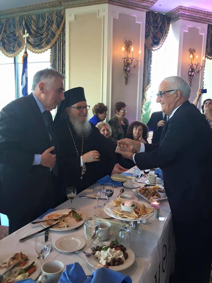 Ο κ. Γιάννης Σακελλάρης δέχεται συγχαρητήρια από τον Αρχιεπίσκοπο Αμερικής Γέροντα κ.Δημήτριο και τον υφ. Παιδείας κ.Θ.Πελεγρίνη για την προσφορά του στην ομογένεια της Αμερικής.
