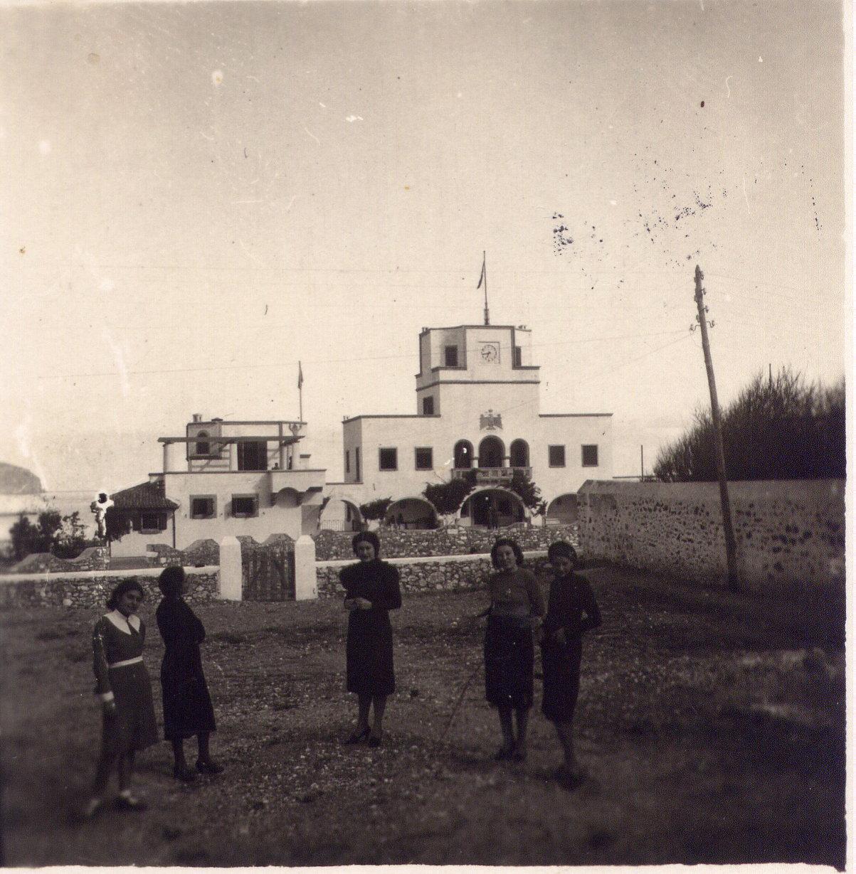 """Η δυτική πλευρά του Ανθόκηπου το 1937. (Από το χωράφι της Γεωργίας Κουμούτσου-Καβαλλάρο εκεί που αργότερα κτίστηκε το ξενοδοχείο """"ΑΤΛΑΝΤΙΣ""""). Φωτό από το αρχείο του Μανώλη Κασσώτη."""