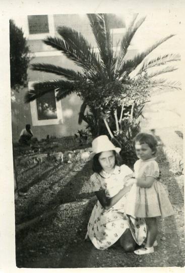 Ο Ανθόκηπος το 1955 με τον Φοίνικα , ο μόνος που επέζησε της οικολογικής θηριωδίας. Στη φωτό οι αδελφές Ζωή και Παρασκευή Γιάννη Οικονομίδη, δικηγόρου.