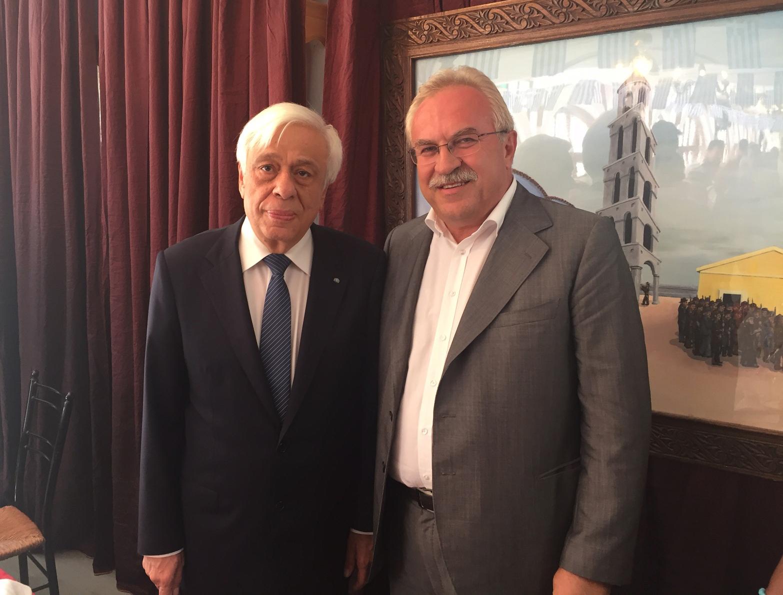 Ο Πρόεδρος της Δημοκρατίας Προκόπης Παυλόπουλος και ο βουλευτής Δωδεκανήσου ΣΥΡΙΖΑ Δημήτρης Γάκης κατά την επίσκεψή τους στην Κάρπαθο, στο πλαίσιο των εκδηλώσεων του εορτασμού για την 72η επέτειο του απελευθερωτικού κινήματος της Καρπάθου, Τετάρτη 5 Οκτωβρίου 2016.